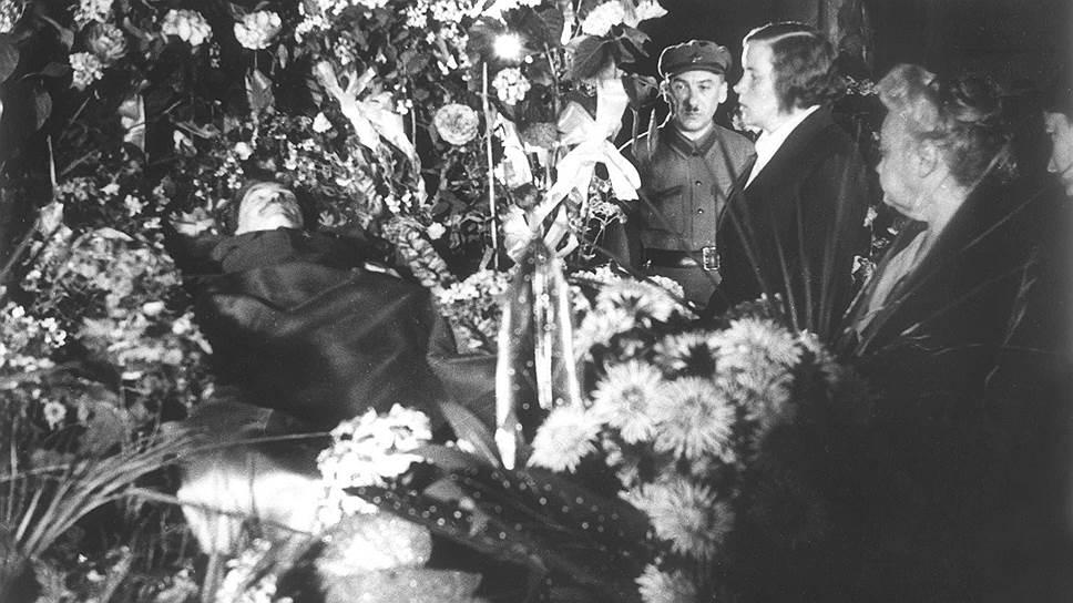 В том, что Ягоду обвинили в злонамеренном убийстве его руководителя и соратника Менжинского, просматривался особый сталинский цинизм (на фото — Ягода в почетном карауле у гроба Менжинского. Москва, май 1934 года)