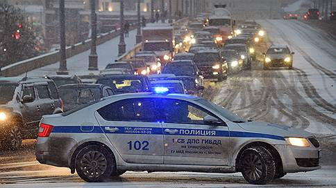 Москва встала из-за снегопада  / Водителей просят пользоваться общественным транспортом