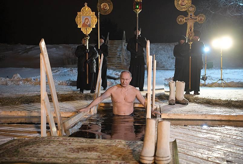 Тверская область. Президент России Владимир Путин принял участие в купаниях в мужском монастыре Нило-Столобенской пустыни на озере Селигер