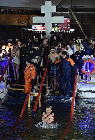 Москва. Крещенские купания на территории Измайловского кремля