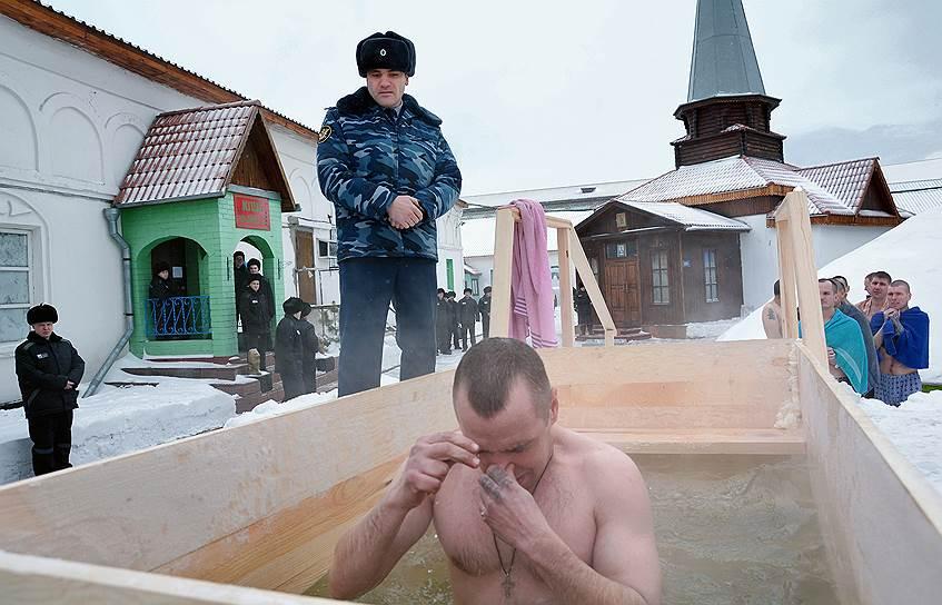 Алтайский край. Заключенные лечебно-исправительной колонии ФСИН России во время купания в крещенской купели