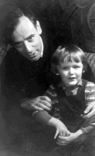 28 апреля 1938 года Лев Ландау был арестован по ложному обвинению в шпионаже в пользу Германии (реабилитирован в 1990-м). Провел год в Бутырской тюрьме. Был освобожден 28 апреля 1939 года под «личное поручительство» Петра Капицы, обращавшегося с просьбами к Иосифу Сталину <br> На фото: с сыном Игорем
