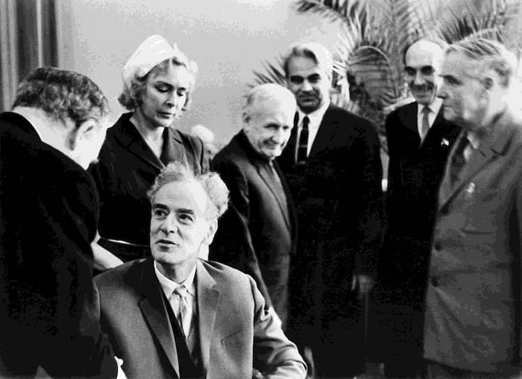 Премия была вручена ученому в московской больнице Академии Наук СССР послом Швеции в Советском Союзе Рольфом Сульманом (на фото слева)