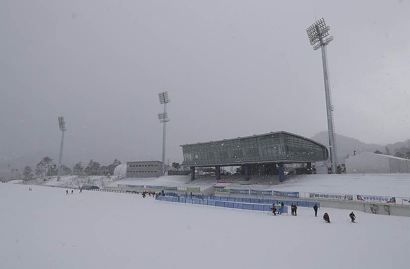 Биатлонный комплекс Alpensia Biathlon Centre был введен в эксплуатацию задолго до того, как возникла идея заполучить для Пхенчхана право на проведение Олимпиады — в 1995 году. С тех пор комплекс неоднократно перестраивался и модернизировался, но в целом изменился мало