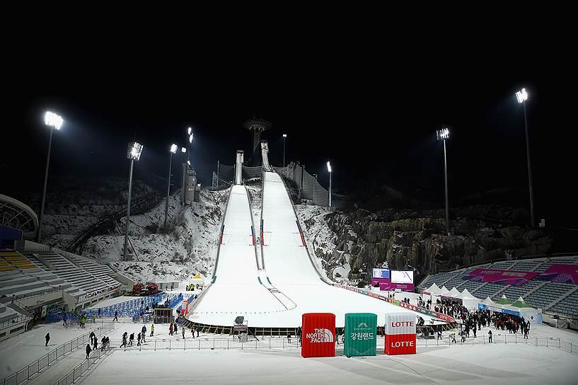 Комплекс трамплинов в Пхенчхане спроектирован так, что может быть использован и по прямому назначению, так и для игры в футбол: при необходимости зона приземления лыжников трансформируется в футбольное поле