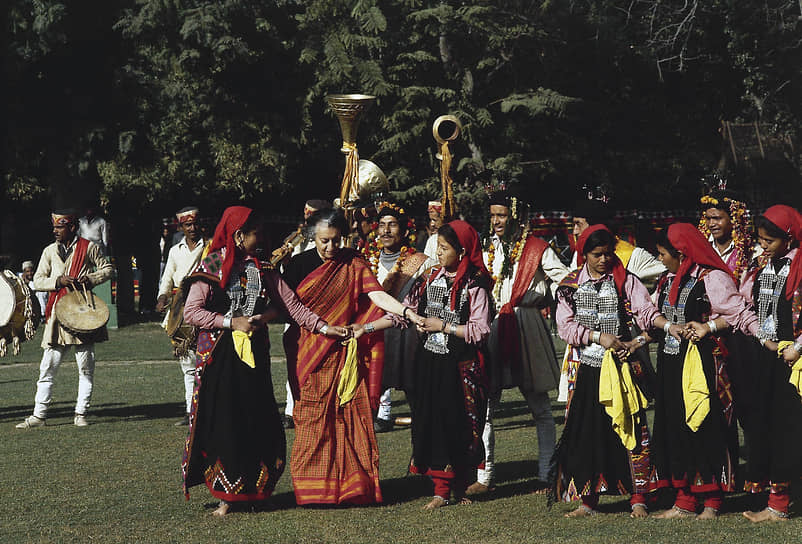 31 октября 1984 года в Нью-Дели собственными телохранителями-сикхами была застрелена премьер-министр Индии Индира Ганди. Заговор стал ответом на военную операцию «Голубая звезда», в ходе которой в июне 1984 года в Золотом храме были ликвидированы сикхские сепаратисты. Известие о ее кончине спровоцировало погромы в сикхских районах