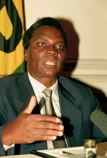 6 апреля 1994 года при подлете к аэропорту Кигали был сбит самолет, на борту которого находился президент Руанды Жювеналь Хабиаримана. Вместе с ними был убит также ряд высокопоставленных членов правительства. В тот же день начались массовые убийства представителей народности тутси, послужившие началу геноцида в Руанде