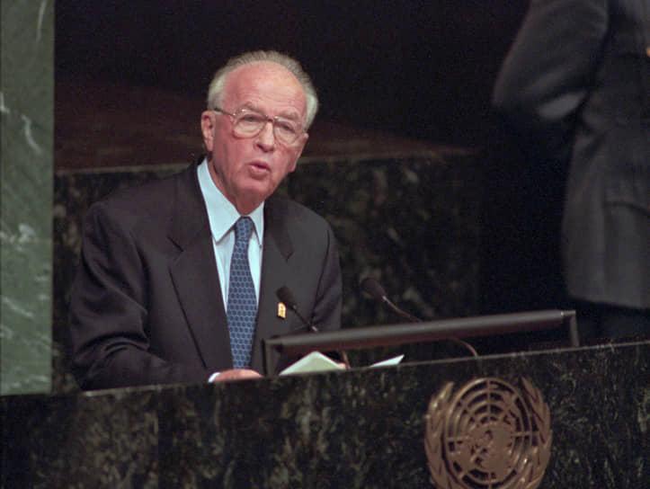 4 ноября 1995 года после выступления на митинге в поддержку урегулирования израильско-палестинского конфликта был застрелен премьер-министр Израиля Ицхак Рабин. Убийца Игаль Амир мотивировал преступление тем, что «защищал народ Израиля от соглашений в Осло»