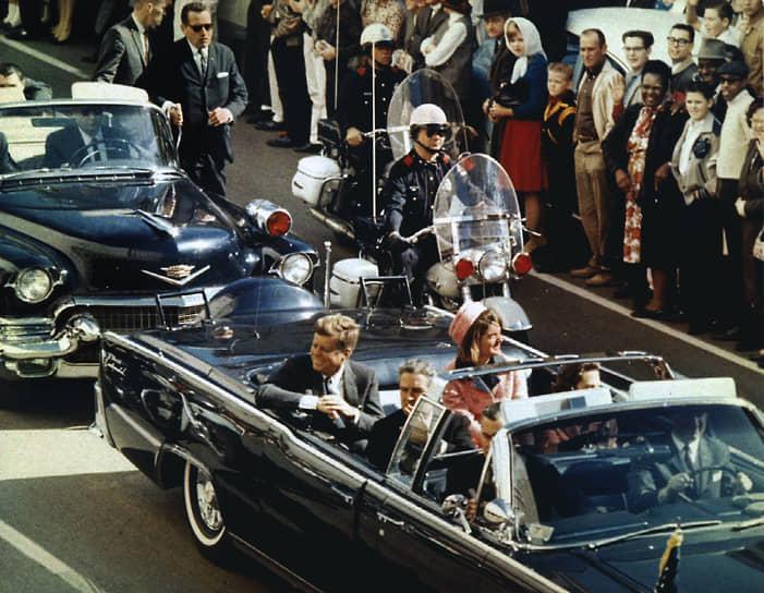 22 ноября 1963 года в Далласе был смертельно ранен выстрелом из винтовки президент США Джон Кеннеди. Несмотря на то, что убийцей был признан Ли Харви Освальд, споры об организаторах и обстоятельствах смерти Кеннеди не утихают до сих пор