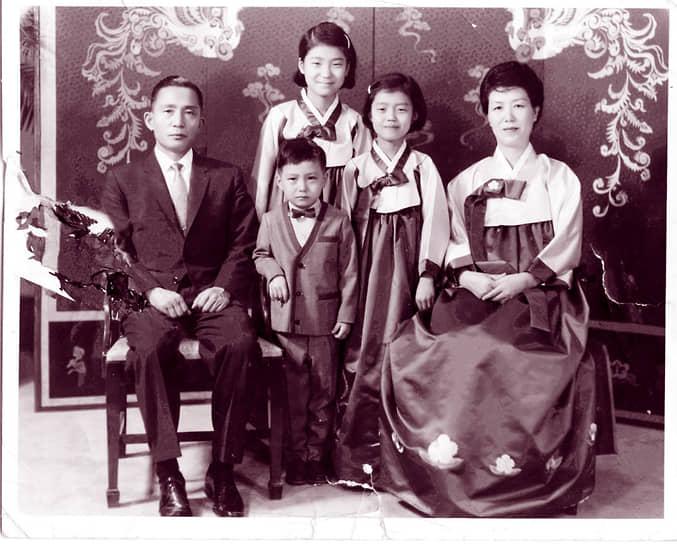 26 октября 1979 года президент Южной Кореи Пак Чон Хи был застрелен главой разведки Кимом Джэ Гю. Убийству предшествовали массовые демонстрации недовольных режимом. На суде Ким Джэ Гю заявил, что президент был «препятствием для демократии», а сам он действовал из «патриотических мотивов». Убийца был повешен