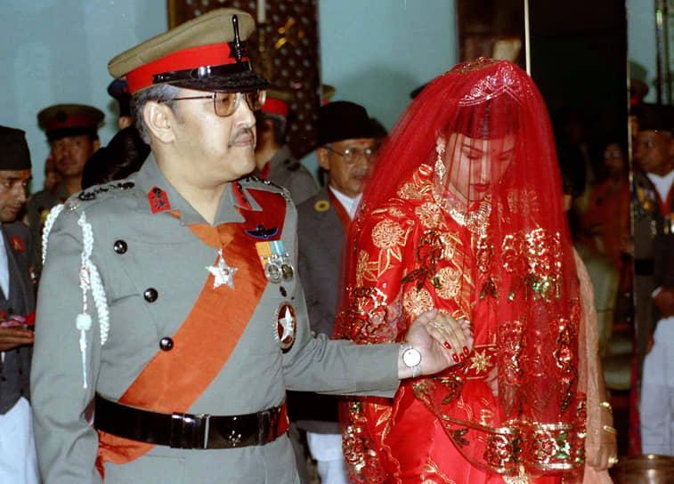 1 июня 2001 года был застрелен король Непала Бирендра Бир Бикрам Шах. Убийцей стал его старший сын и наследник престола Дипендра. За ужином, где присутствовала королевская семья, он в состоянии алкогольного опьянения расстрелял своих родных из пистолета-пулемета MP5, а сам чуть позже застрелился в саду