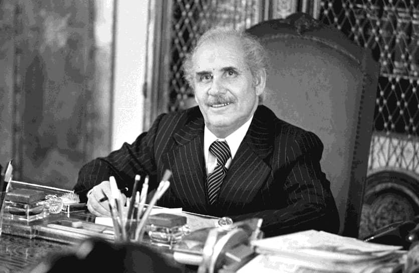 Судьба его преемника, пришедшего к власти в ходе Саурской революции, Нур Мохаммада Тараки также не сложилась успешно: коммунистически настроенный премьер-министр был смещен со своего поста спустя год, а 9 октября 1979 года был задушен офицерами. 12 декабря того же года было принято решение о вводе советских войск в Афганистан