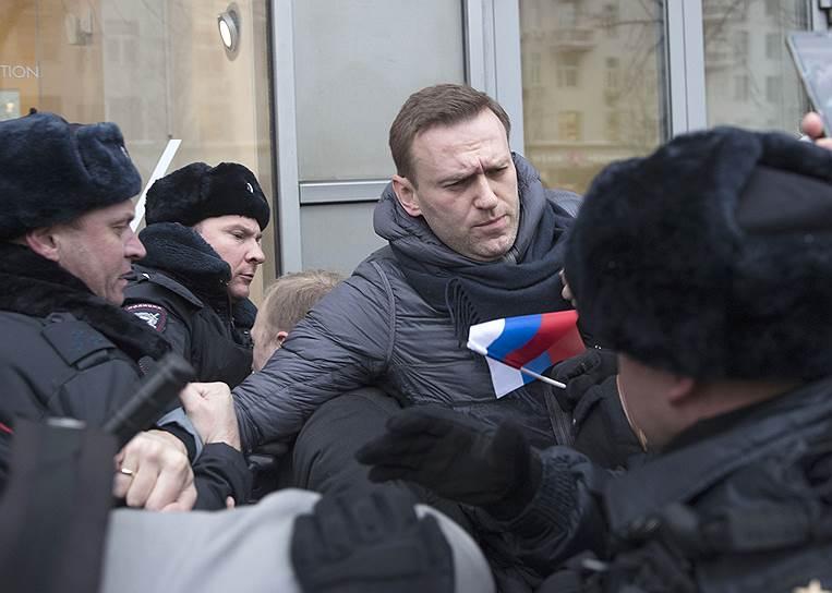 Задержание организатора акции Алексея Навального