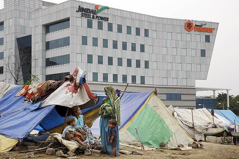 Офисы и трущобы — привычное соседство для бедных стран