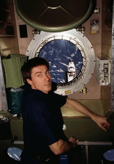 Первая длительная экспедиция МКС-1 в составе трех человек — американца Уильяма Шепарда (командир), россиян Юрия Гидзенко и Сергея Крикалева (на фото) — стартовала 31 октября 2000 года. 2 ноября станция стала обитаемой