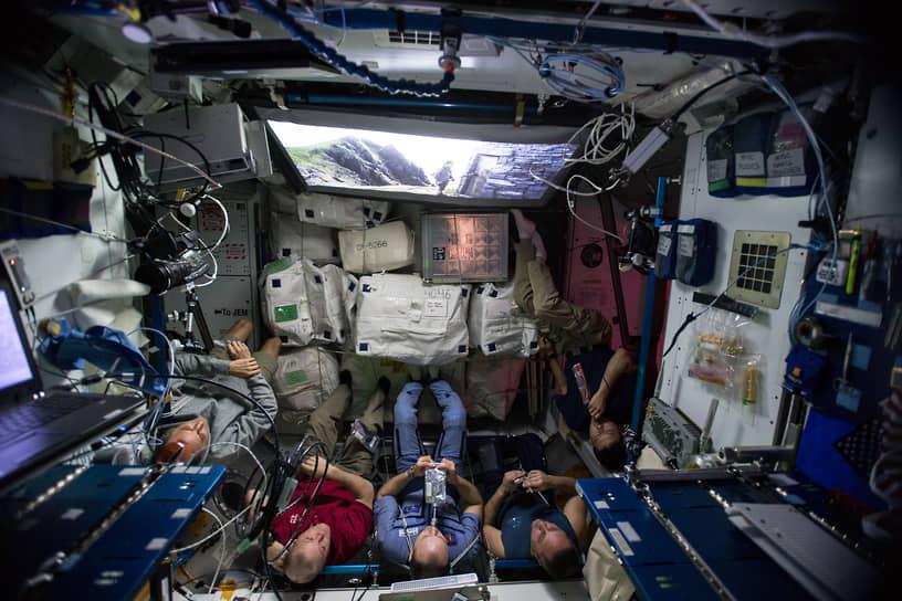 Рабочая неделя на МКС длится 5,5 дня<br> На фото: экипаж МКС-54 смотрит фильм «Звездные войны: Последние джедаи»