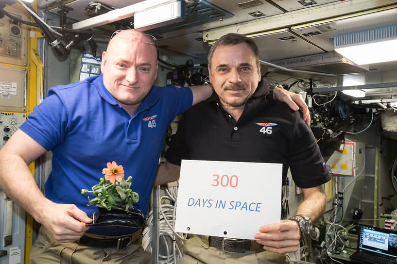 Дольше всего на МКС работали российский космонавт Михаил Корниенко (справа) и американский астронавт Скотт Келли (слева). Длительность их миссии, стартовавшей в марте 2015 года, составила чуть больше 340 суток