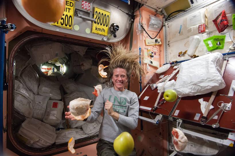 МКС движется со скоростью примерно 28 тыс. км/ч (или почти 8км в секунду) <br> На фото: участница миссии МКС-36 Карен Найберг