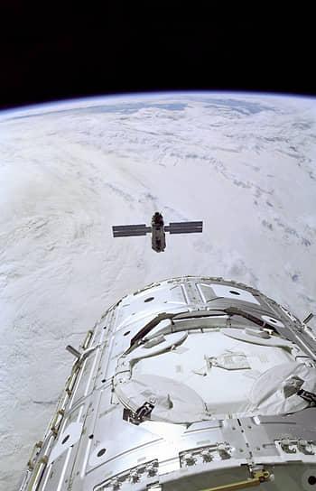 Строительство МКС на орбите началось 20 ноября 1998 года с вывода ее первого модуля — функционального грузового блока «Заря». Он был построен российским Государственным космическим научно-производственным центром (ГКНПЦ) им. М. В. Хруничева на американские деньги. В настоящее время в состав станции входят 15 основных модулей, в том числе 5 российских