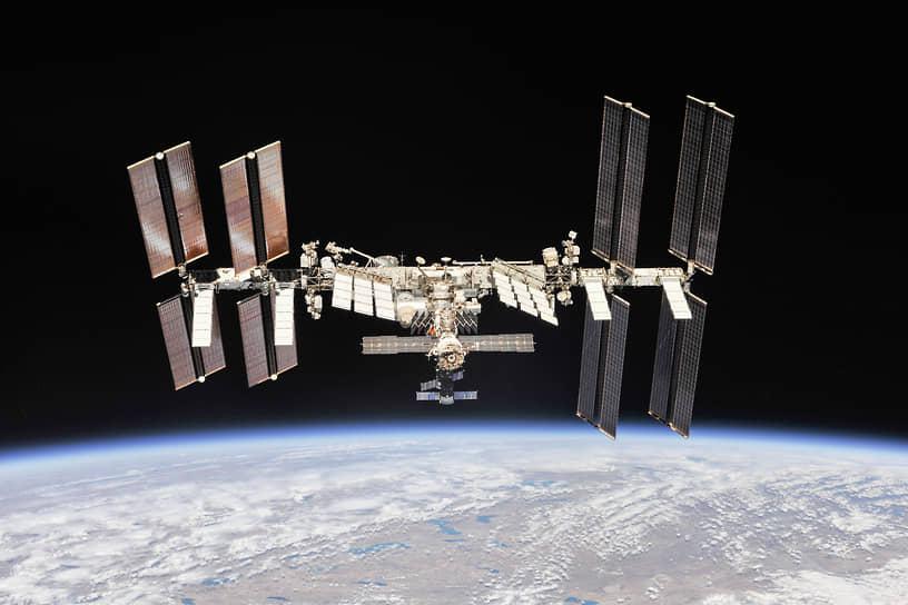 МКС совершает полет на околоземной орбите высотой около 400 км