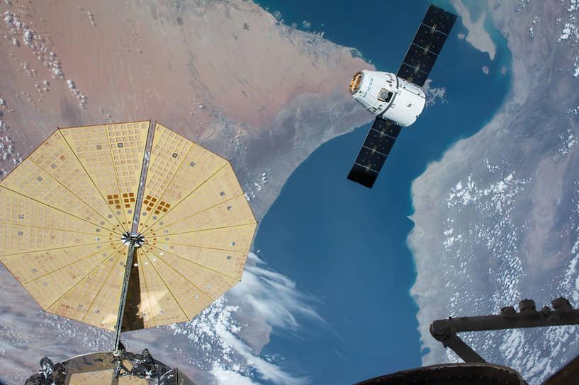 Снабжение станции осуществляется с помощью автоматических космических кораблей: российских «Прогресс», японских HTV, а также американских частных — Dragon (на фото) и Cygnus