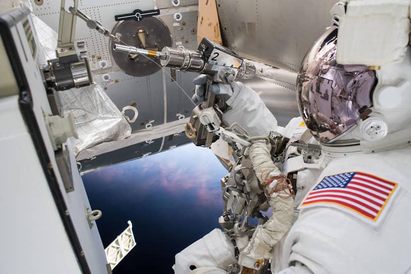 16 мая 2016 года МКС совершила свой 100-тысячный виток вокруг Земли<br> На фото: американский астронавт Дрю Фьюстел