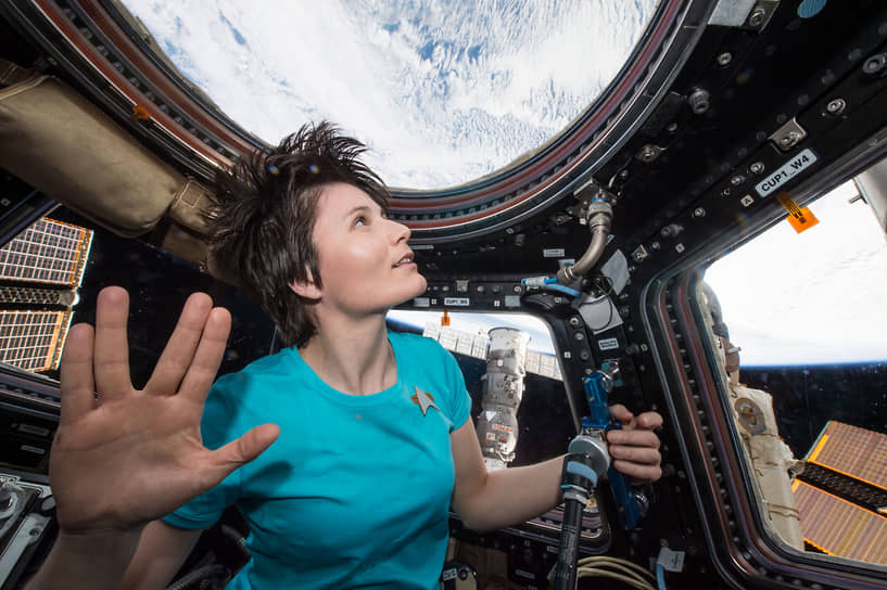 Астронавт Европейского космического агентства Саманта Кристофоретти в панорамном модуле «Купол», состоящем из семи иллюминаторов