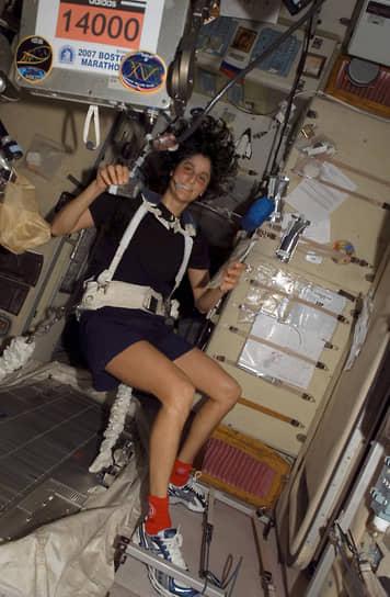 Участники миссий занимаются физкультурой по 2,5 часа в сутки, чтобы компенсировать негативное влияние невесомости на костную и мышечную системы<br> На фото: астронавт Сунита Уильямс после участия в Бостонском марафоне по видеосвязи