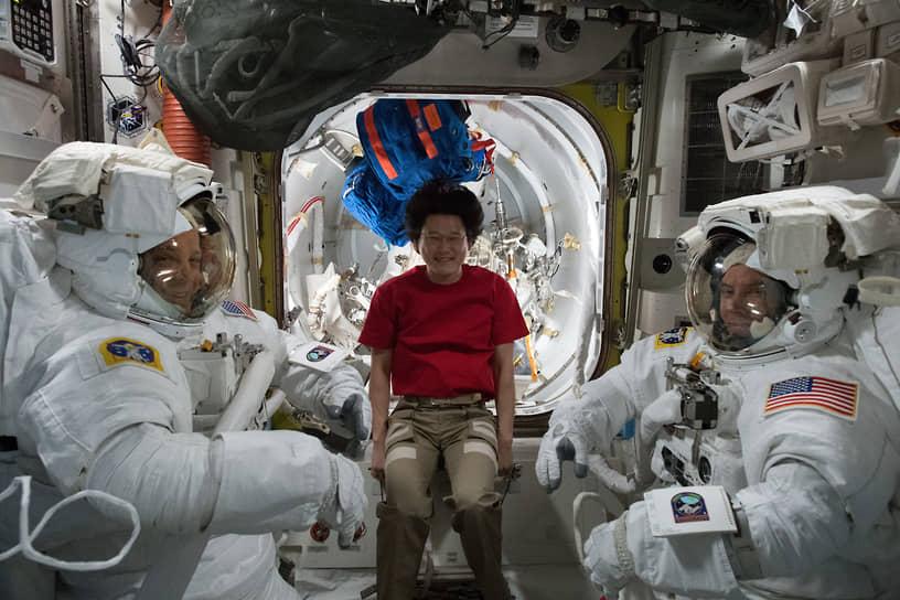 В январе 2018 года участник миссии МКС-54 Норисигэ Канаи заявил о том, что «вырос» на 9 см всего за три недели пребывания на станции. Однако позже он признал ошибку и извинился в Twitter — рост японского астронавта увеличился только на 2 см, что является нормой из-за отсутствия гравитации в космосе<br> На фото слева направо: астронавты Рики Арнольд,  Норисигэ Канаи и Дрю Фьюстел