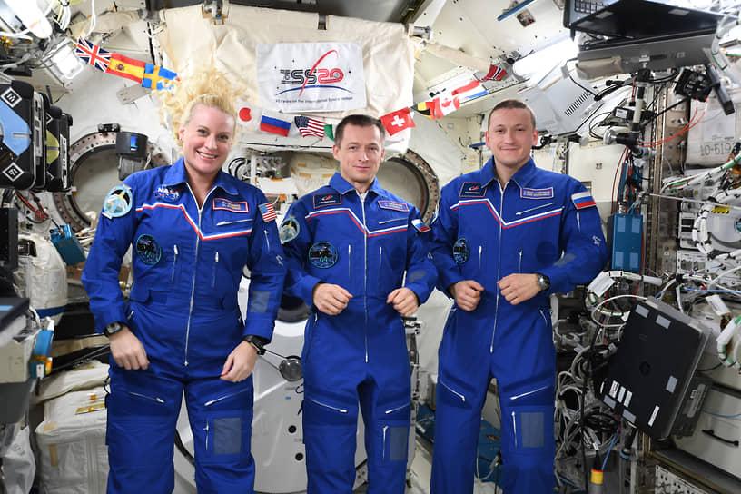 Экспедиция МКС-64 стартовала 21 октября 2020 года в составе трех человек, перешедших из экспедиции МКС-63: Кэтлин Рубинс (на фото слева), Сергея Рыжикова (командир, в центре) и Сергея Кудь-Сверчкова (справа). Планируется, что в ноябре миссия расширится до семи человек