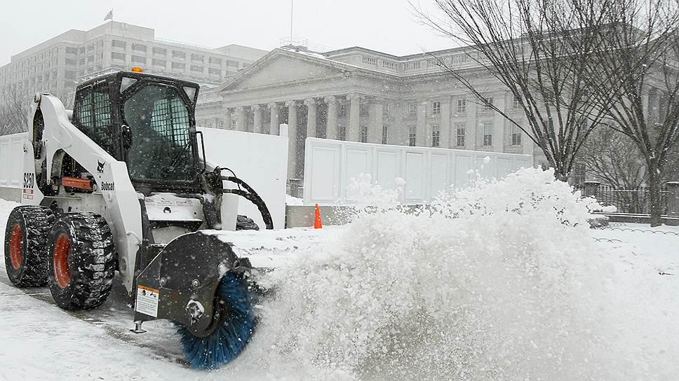 На заднем плане — здание Министерства финансов США