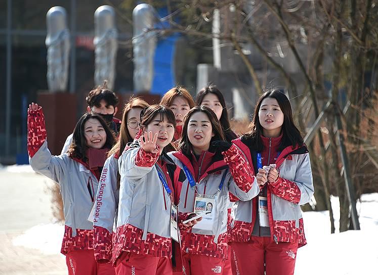 Корейские волонтеры в Олимпийской деревне