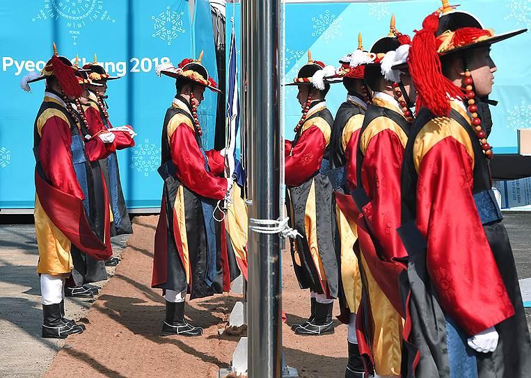 Королевские гвардейцы Южной Кореи во время почетного караула