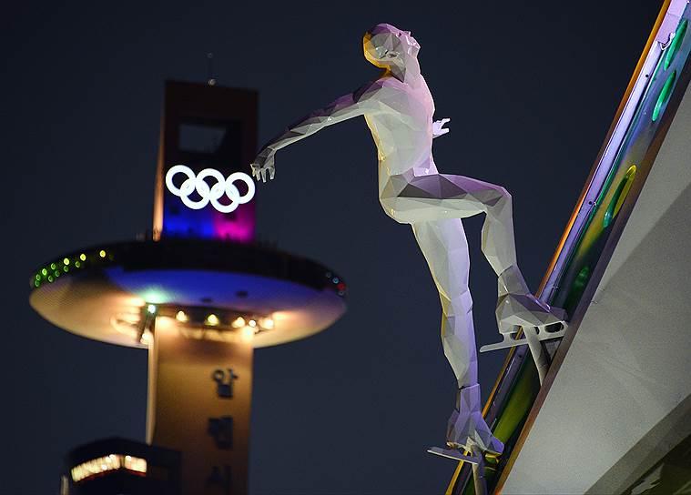 Трамплин для прыжков на лыжах и фрагмент стеллы возле медиацентра