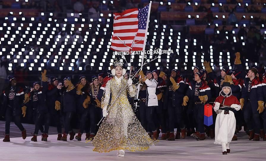 Саночница и призер Олимпийских игр Эрин Хэмлин несет флаг США