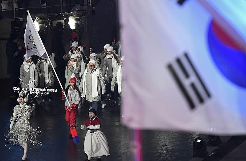 Команда россиян вышла под олимпийским флагом, который нес волонтер. После допингового скандала МОК допустил к участию 168 спортсменов