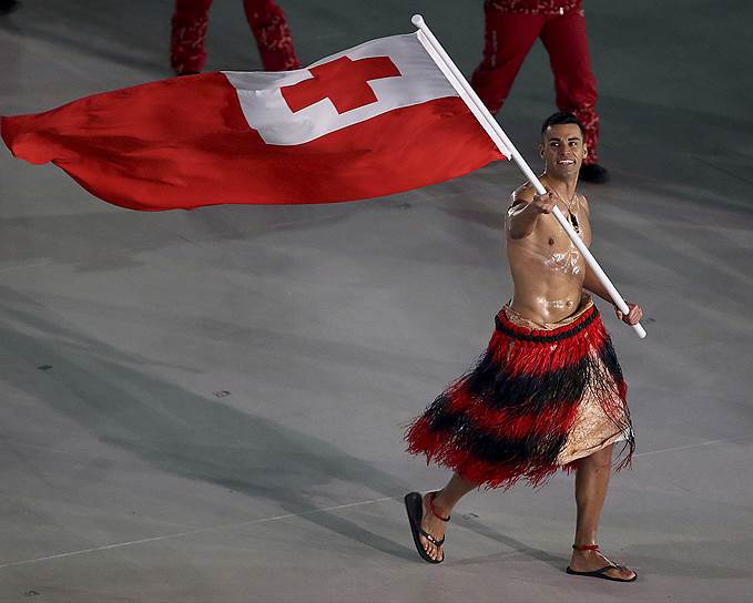 Лыжник из Тонга Пит Тауфатофуа, обнаженный по пояс. Два года назад он выступал на Играх в Рио в тхэквондо
