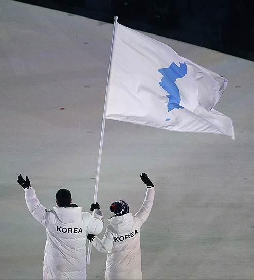 Хоккеист Хван Чун-Кум (КНДР) и бобслеист Вон Юн Чжон (Южная Корея) прошли под единым флагом. Решение о совместном выходе было принято на переговорах в середине января