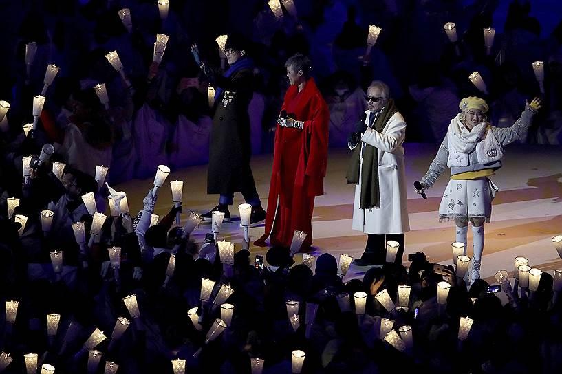 Корейские исполнители во время выступления на церемонии открытия Олимпийских игр. Четыре корейских музыканта спели песню «Imagine» Джона Леннона, а в конце выпустили в небо белого голубя