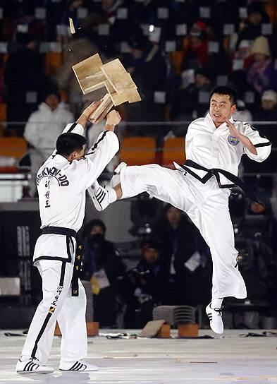 Мастера боевых искусств во время церемонии открытия Олимпийских игр