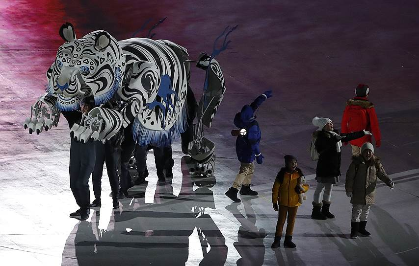 Пять детей из северо-восточной провинции Канвондо (где и находится Пхёнчхан) и белый тигр начинают представление