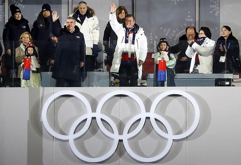 Глава МОК Томас Бах (слева) и президент Южной Кореи Мун Чжэ Ин