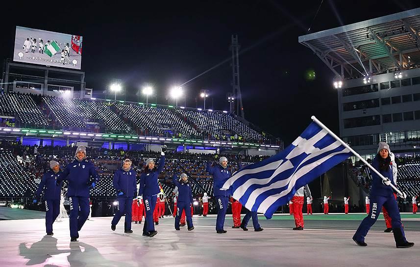 Парад спортсменов традиционно начали спортсмены из Греции — страны-родоначальницы Игр