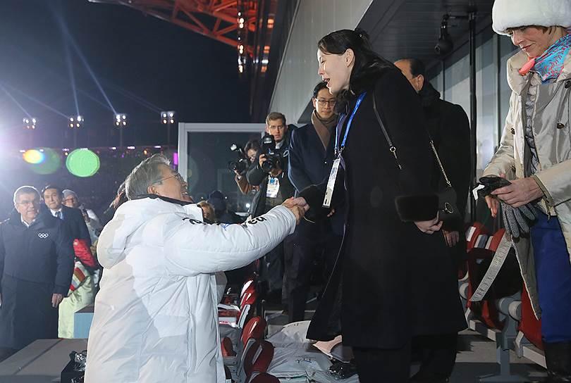 Президент Южной Кореи Мун Чжэ Ин встретился с сестрой лидера КНДР Ким Чен Ына (на фото в черном пальто), которая прибыла в Южную Корею в составе высокопоставленной делегации