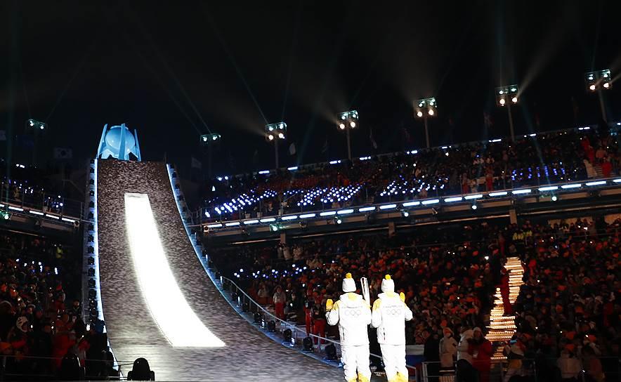 Два хоккеиста из КНДР и Южной Кореи поднялись по лестнице и передали факел