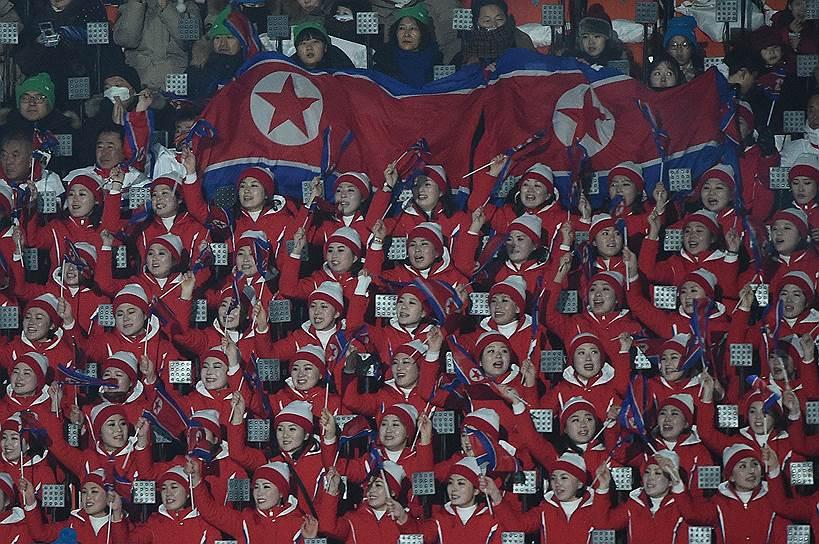 Болельщики из КНДР во время церемонии