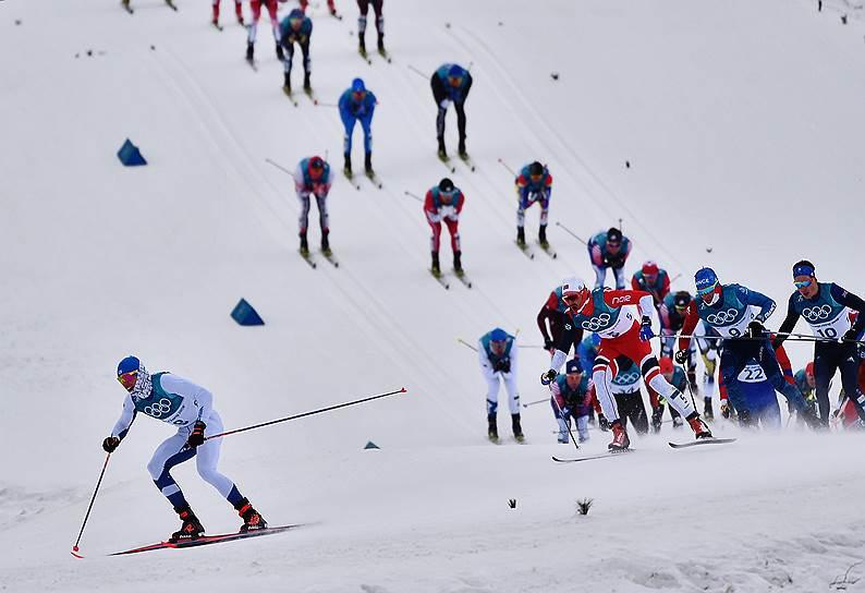 Лыжники во время гонки на 30 км