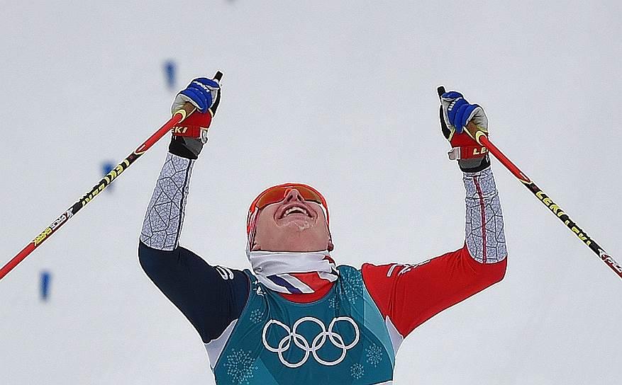 Член сборной команды Норвегии Симен Хегстад Крюгер на финише гонки на дистанции 30 км