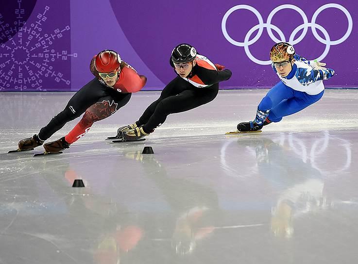 Российский спортсмен Семен Елистратов (справа) во время квалификации соревнований по шорт-треку на дистанции 1500 метров