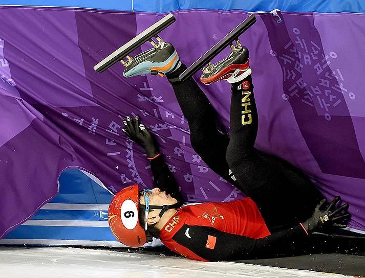 Китайский спортсмен во время квалификации соревнований по шорт-треку на дистанции 1500 метров
